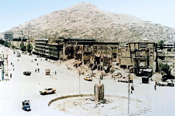 "<img src=""rovine_kabul_guerra_civile.png"" alt=""rovine di kabul durante la guerra civile""/>"